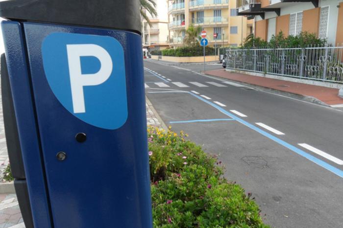 Sosta gratis su strisce blu se parchimetro non ha bancomat